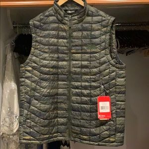 Men's Northface green puffer vest. Never worn!